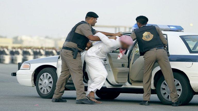 فيديو: السلطات السعودية توقف بالقوة الجبرية سائق تسبب بوفاة مواطن وزوجته