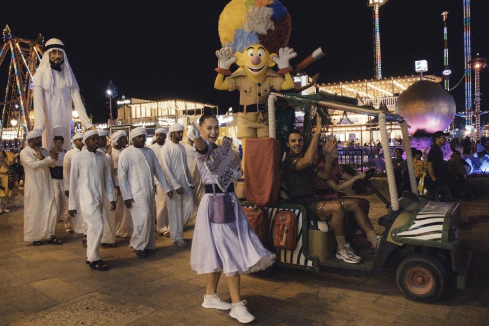 150 عارض وعارضة يجوبون القرية العالمية بدبي في «كرنفال التسامح»