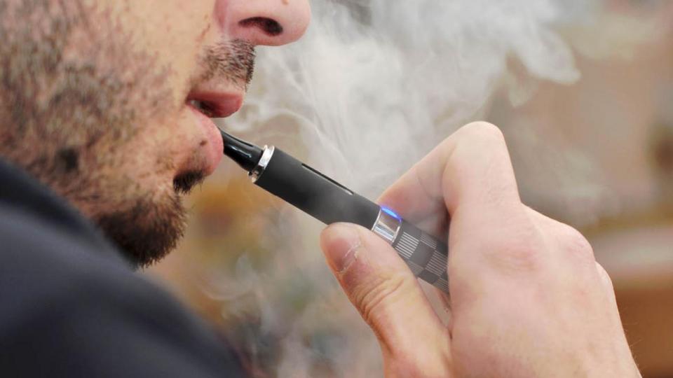 الجمعية الطبية الأمريكية تطالب بمنع فوري للسجائر الإلكترونية بعد وفاة 42 شخصا بسببها