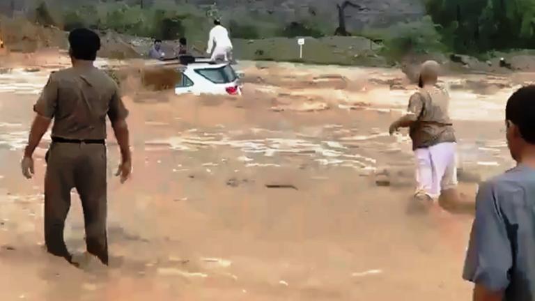 فيديو: سعودي شجاع يقتحم سيلاً جارفاً وينقذ 3 أشخاص عالقين يستغيثوا