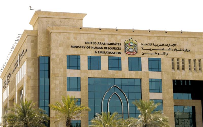 الإمارات: تجديد عقد عمل من تجاوز 60 عاما من العمالة المساعدة
