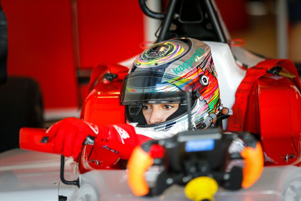 الإماراتية آمنة القبيسي تفوز بالمركز الأول للتجارب التأهيلية لسباق فورمولا4