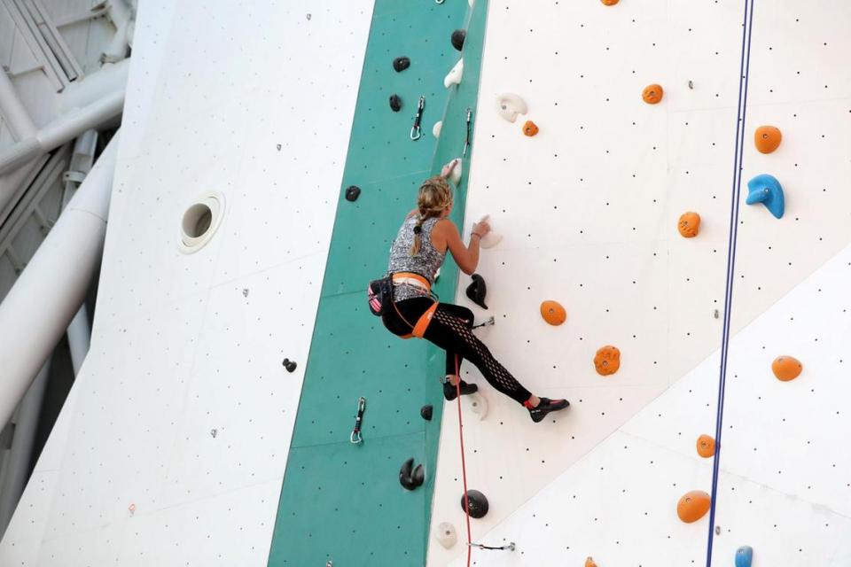بالصور : أطول جدار تسلق داخلي بالعالم في أبوظبي