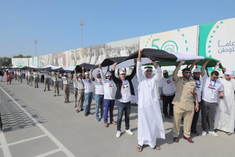 علم الإمارات يدخل موسوعة غينيس في رقمين قياسيين