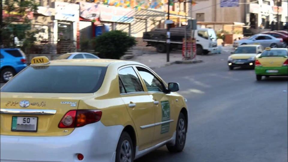 فيديو: سائق أردني يلفق قصة إعادته لنساء 1.7 مليون دولار نسينها في سيارته