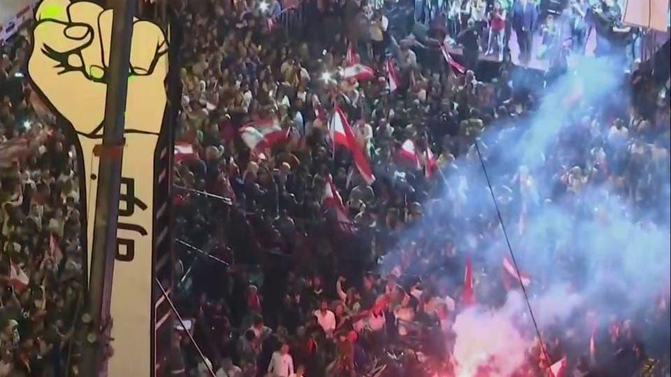 خمسيني يضرم النيران بجسده وسط عشرات المتظاهرين في بيروت.. فيديو