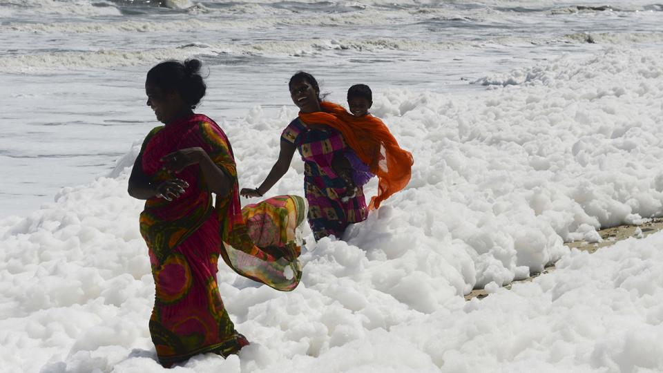 رغوة سامة على أطراف الشواطئ و الأطفال لا يبالون