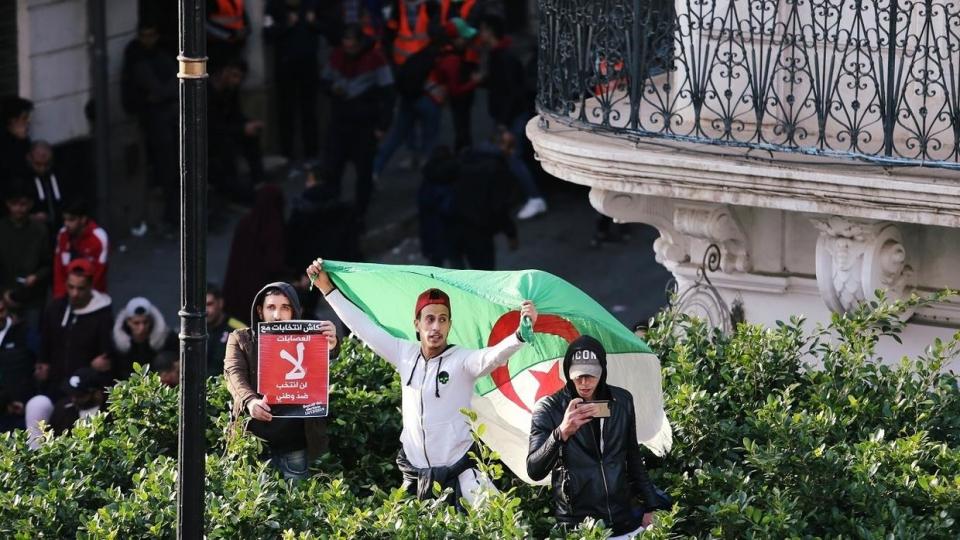 الأمن يفرق المحتجين في الجزائر واتهامات بخروق انتخابية