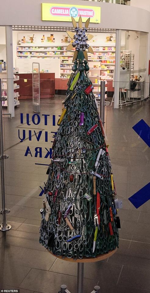 بالصور : أغرب وأخطر شجرة كريسماس في العالم