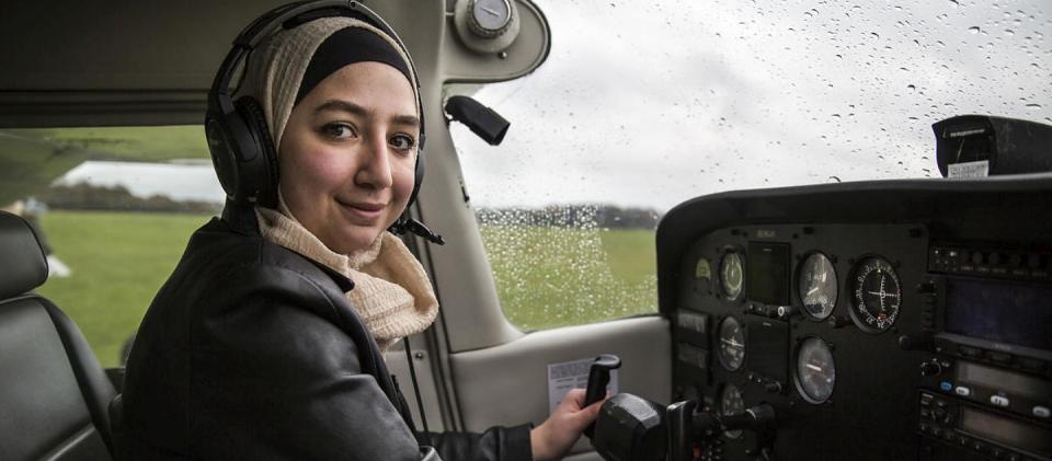 أول سورية تقود طائرة بريطانيا بعد قدومها لاجئة إلى البلاد