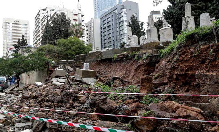 صور.. عاصفة جوية في لبنان تسبب انهيار مقبرة يهودية