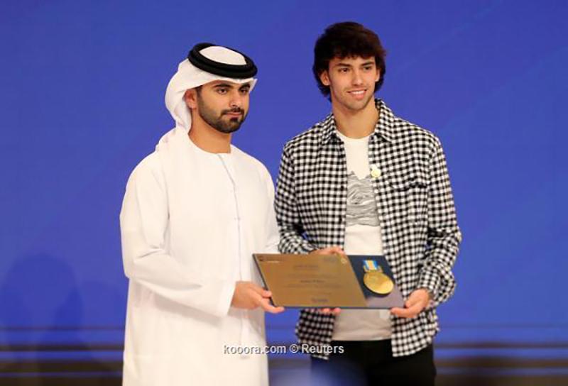 بالصور: منصور بن محمد يُكرم المتحدثين بمؤتمر دبي الرياضي