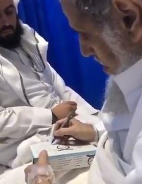 فيديو: مسن سعودي يكتب وصيته على علبة المناديل ويفارق الحياة بعد ساعات