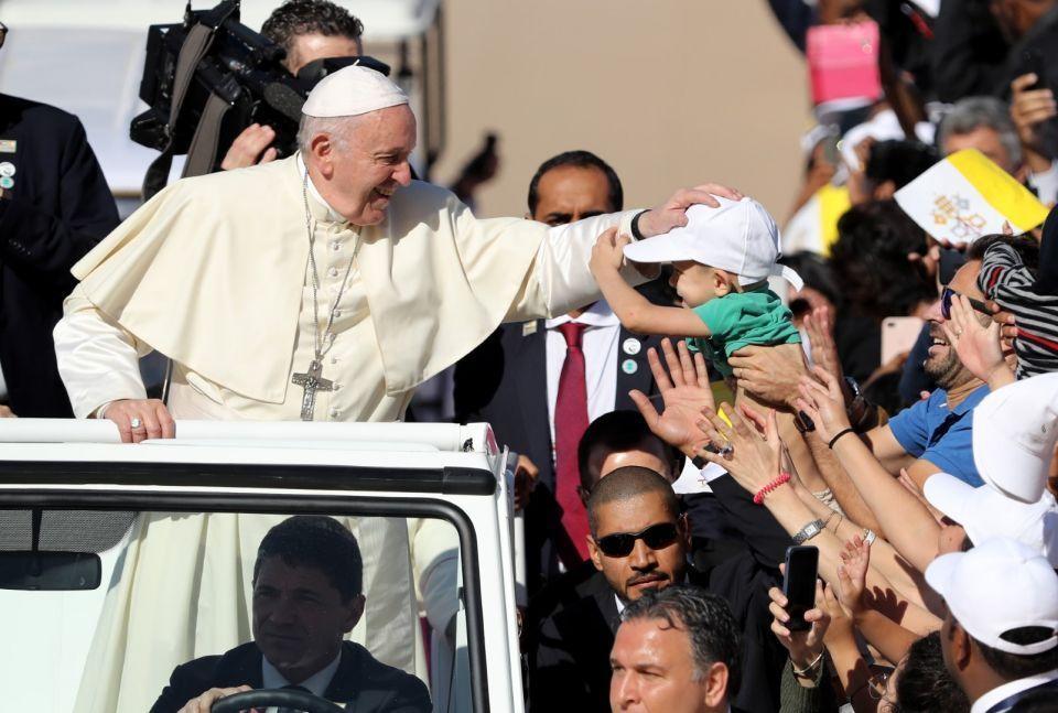 فيديو.. البابا فرنسيس يعتذر عن صفع يد امرأة أمام الآلاف