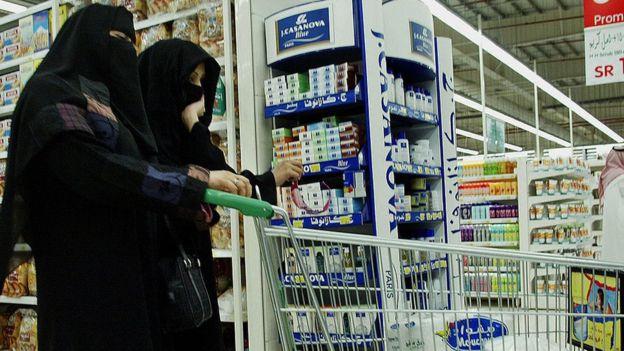 فيديو: الرياض تلزم البائعين بتضمين ضريبة القيمة المضافة بالسعر المعروض على السلعة