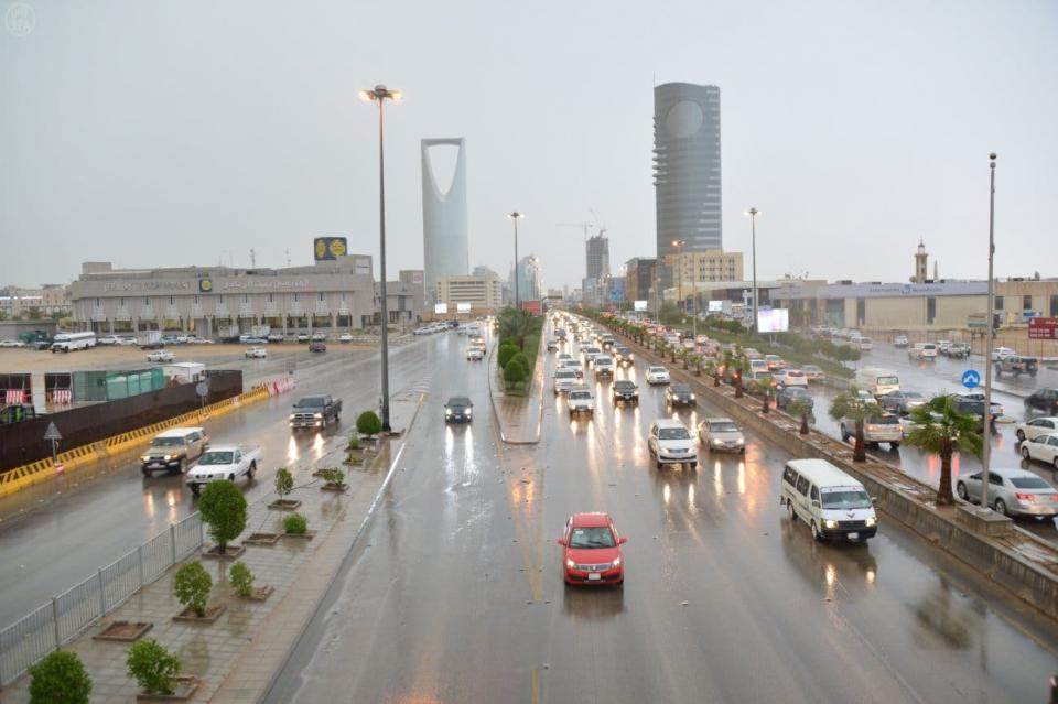 فيديو: هطول أمطار غزيرة مصحوبة بزخات من البرد على الرياض