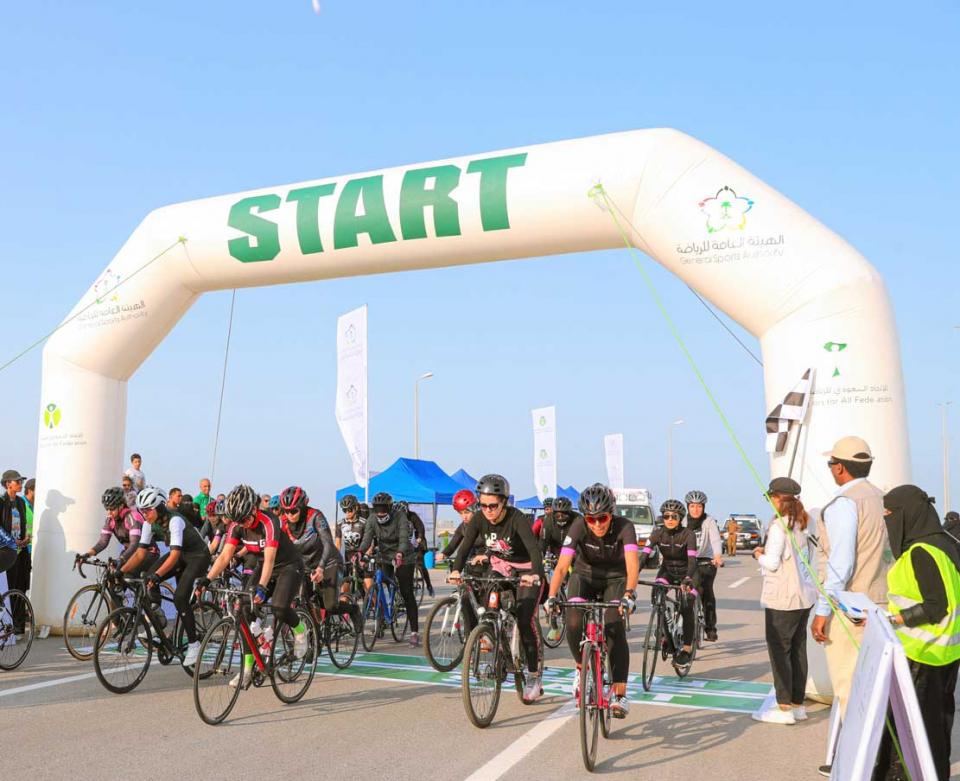 شاهدي 1000 متسابقة في ختام سباق الدراجات الهوائية للسيدات في السعودية