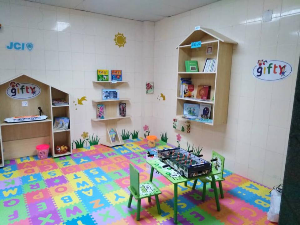 متطوعون شباب يزودون أطفال الأورام بمكتبة وركن للألعاب في اللاذقية السورية