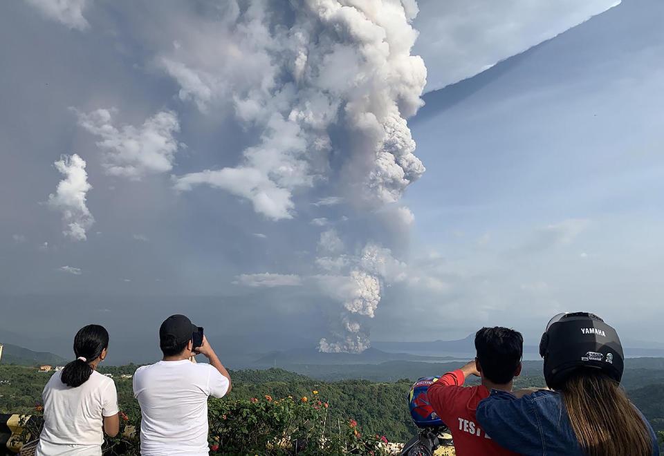 بركان تال يثور و يصيب العاصمة مانيلا بالشلل
