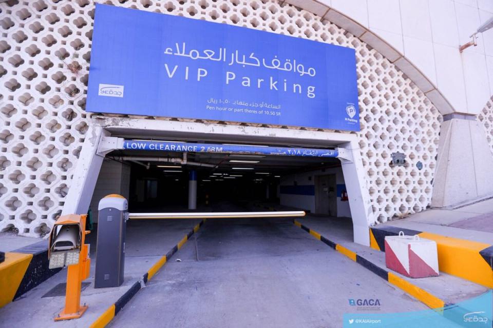 فيديو: رفع رسوم مواقف مطار الملك عبدالعزيز يثير استياء المسافرين السعوديين