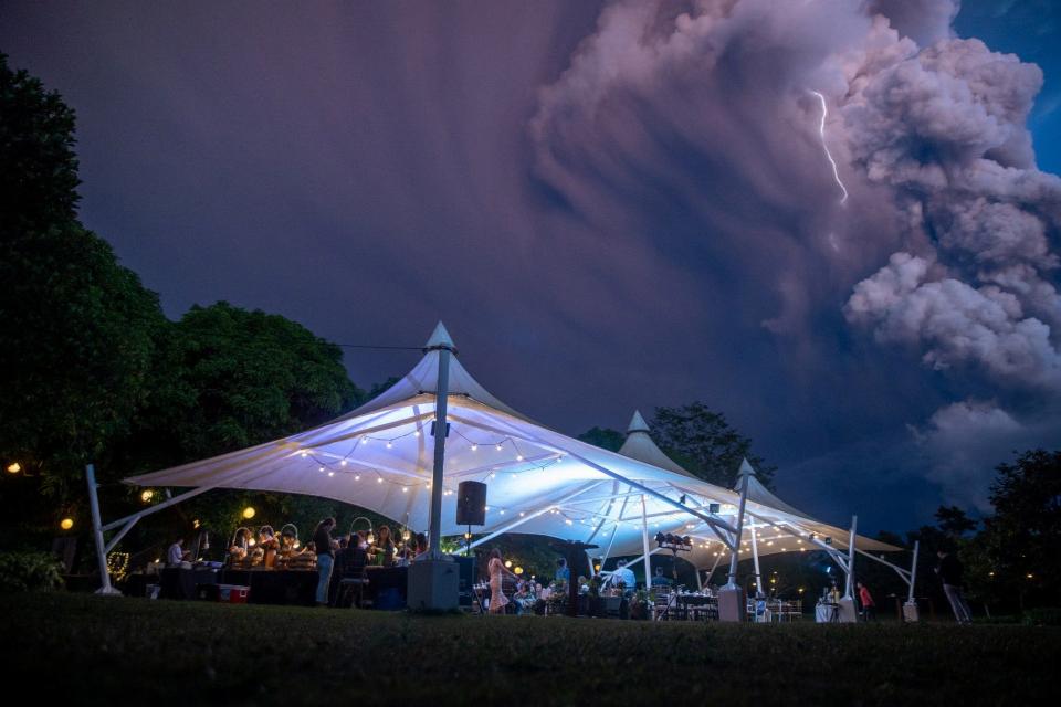 بالصور : حفل زفاف تحت الدخان البركاني في الفلبين
