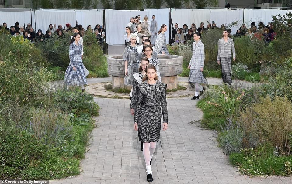 شاهدي روعة أزياء شانيل  المستوحى من سنوات الطفولة في أسبوع باريس للموضة