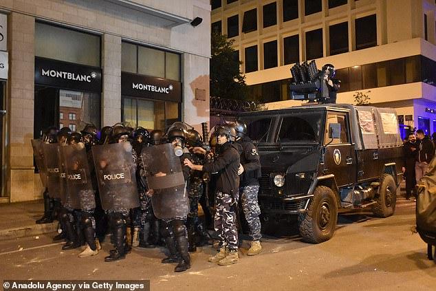 بالصور: تحطيم واجهات البنوك و أجهزة الصراف الآلي في احتجاجات في بيروت