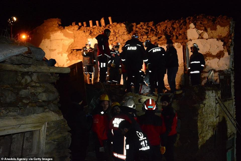 شاهد الدمار الذي خلفه الزلزال في تركيا والسعي المحموم لإنقاذ عشرات العالقين تحت الأنقاض
