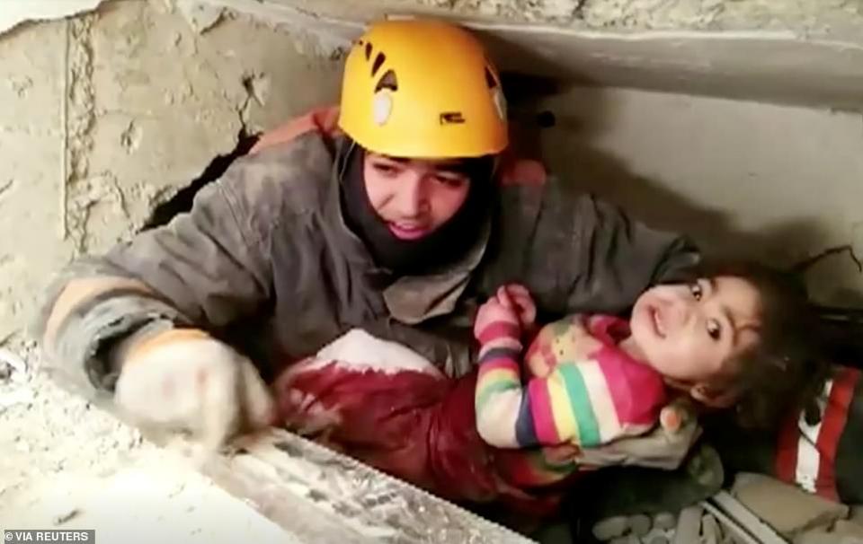 شاهد انتشال طفلة عمرها 3 سنوات بعد 24 ساعة من انهيار مبنى في زلزال ضرب تركيا