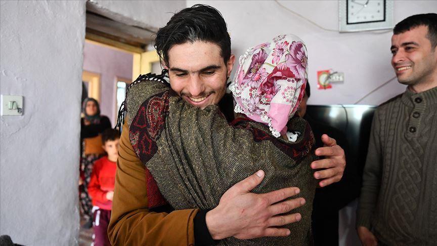 بالفيديو.. الشاب السوري الذي أنقذ تركية من تحت الأنقاض عقب الزلزال