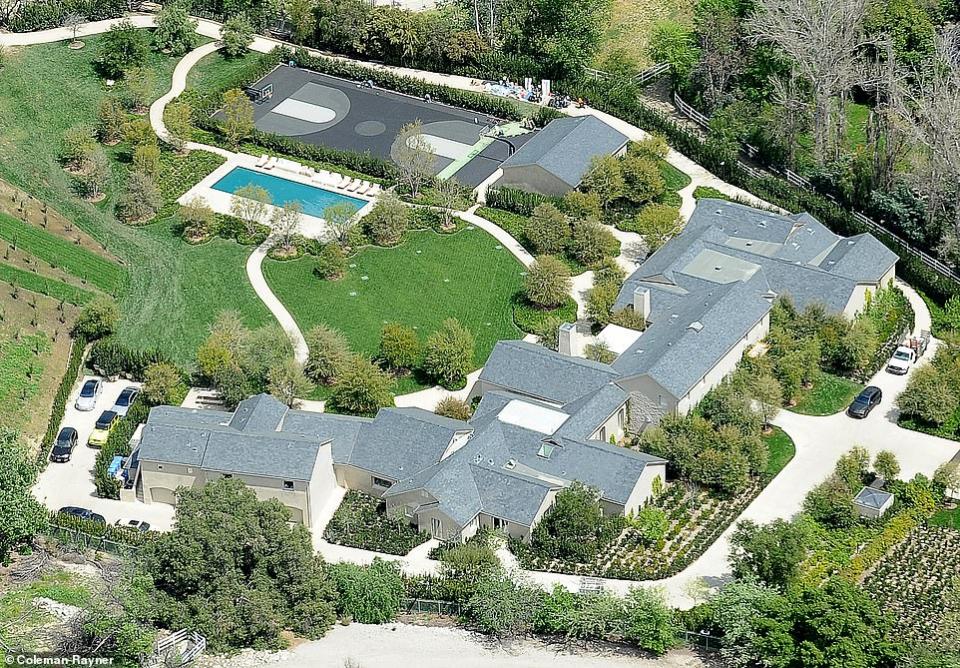شاهدي تصميم  منزل كيم كارديشيان بعد زيارة مجلة عمارة