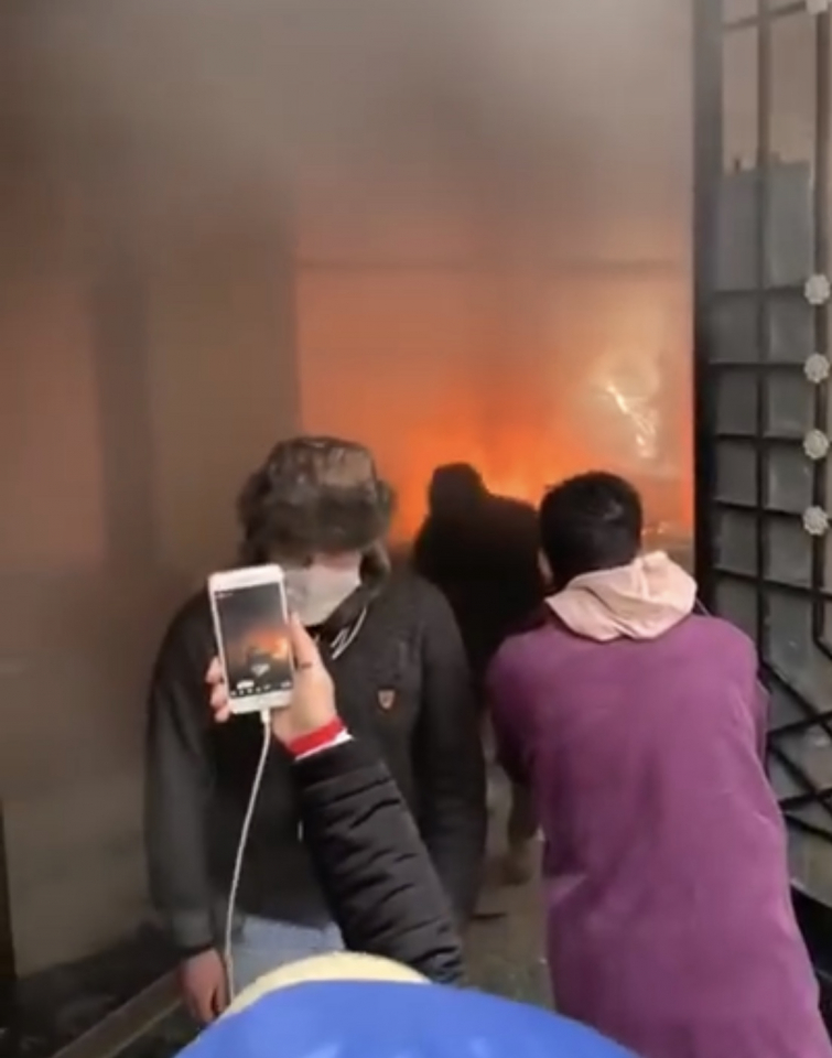 احراق فرع احد المصارف في وسط بيروت