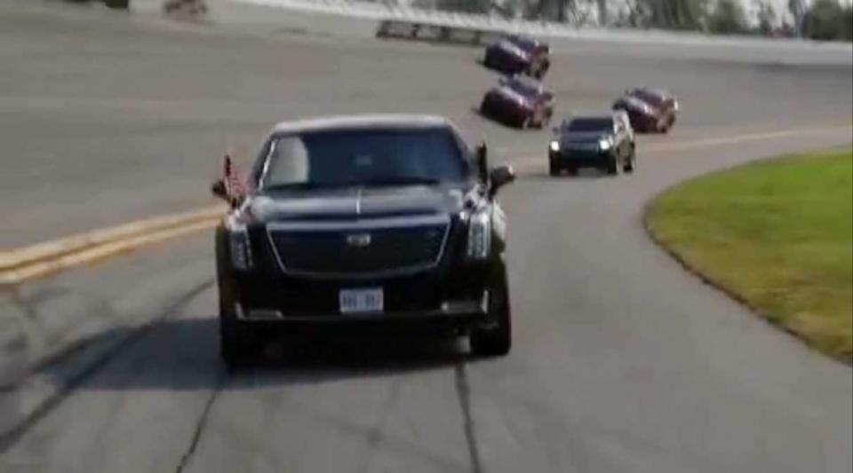 شاهد الرئيس الأمريكي دونالد ترامب يقود سيارته لافتتاح سباق دايتونا 500 للسيارات
