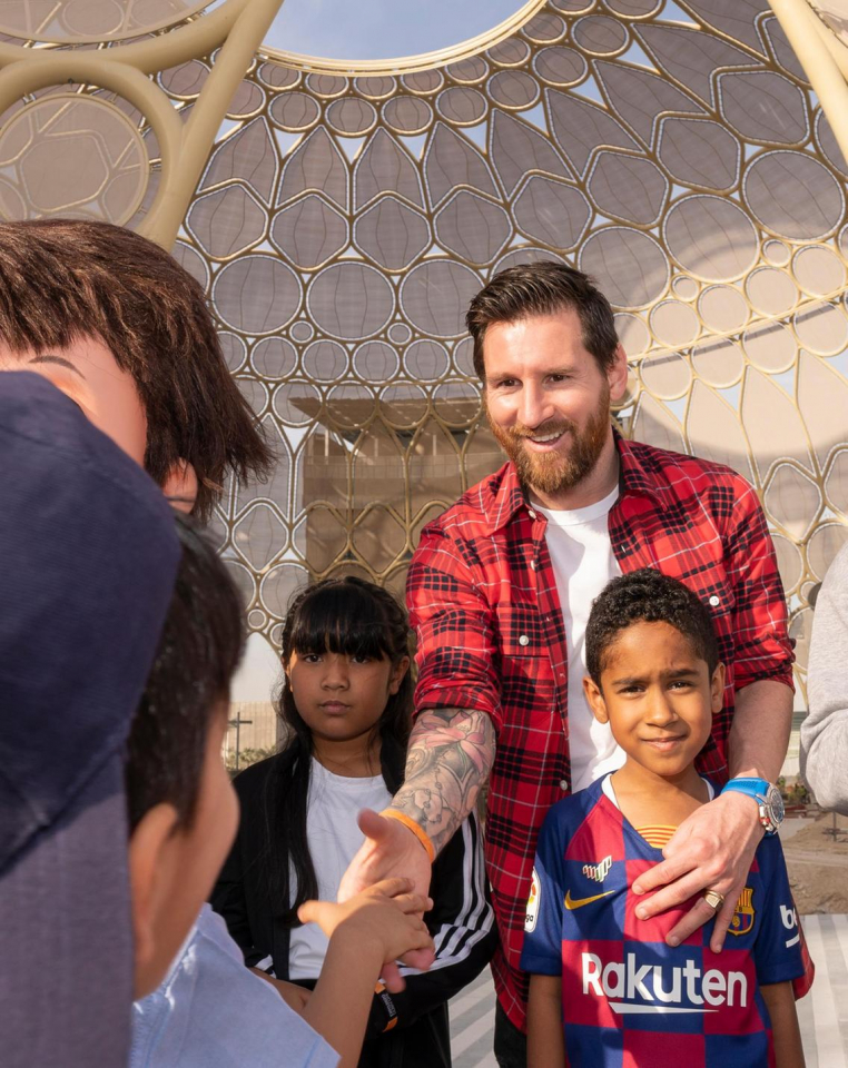 شاهد اللاعب ليونيل ميسي يلتقي بطلاب مدارس إماراتية في قلب موقع إكسبو 2020