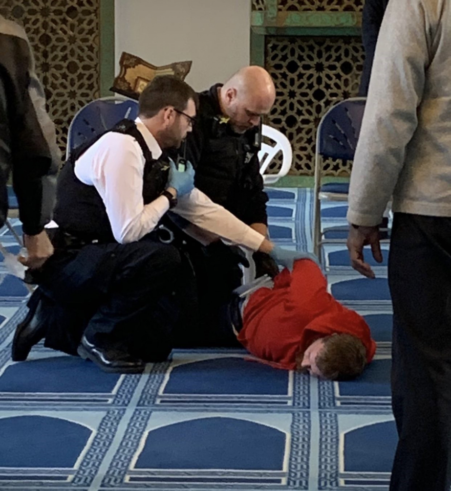 حادث طعن في مسجد بوسط لندن والشرطة تعتقل مشتبهاً به.. فيديو