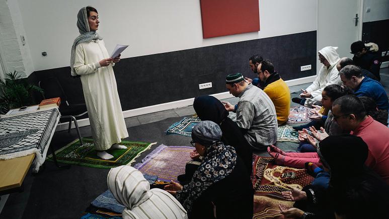 امرأة تتولى الإمامة في مسجد في باريس بعد تكتم على مكان الصلاة