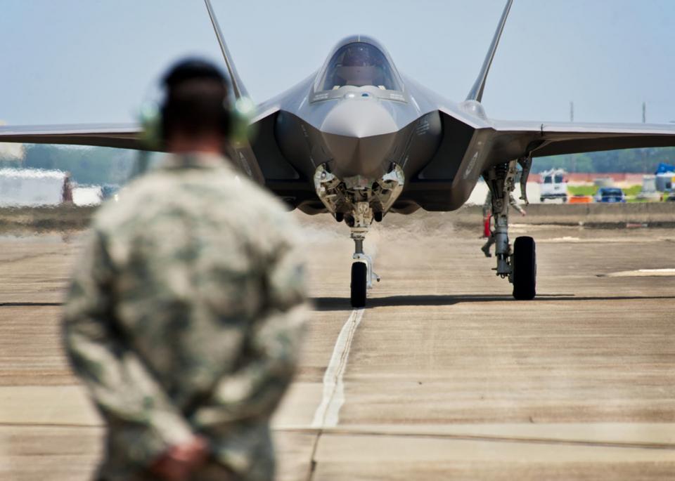 ماسك: عصر الطائرات المقاتلة انتهى وبزع فجر الطائرات المسيرة ذاتيا للحروب