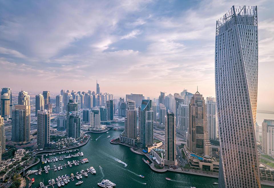 حكومة دبي تنفي مزاعم رويترز عن محادثات مع مبادلة