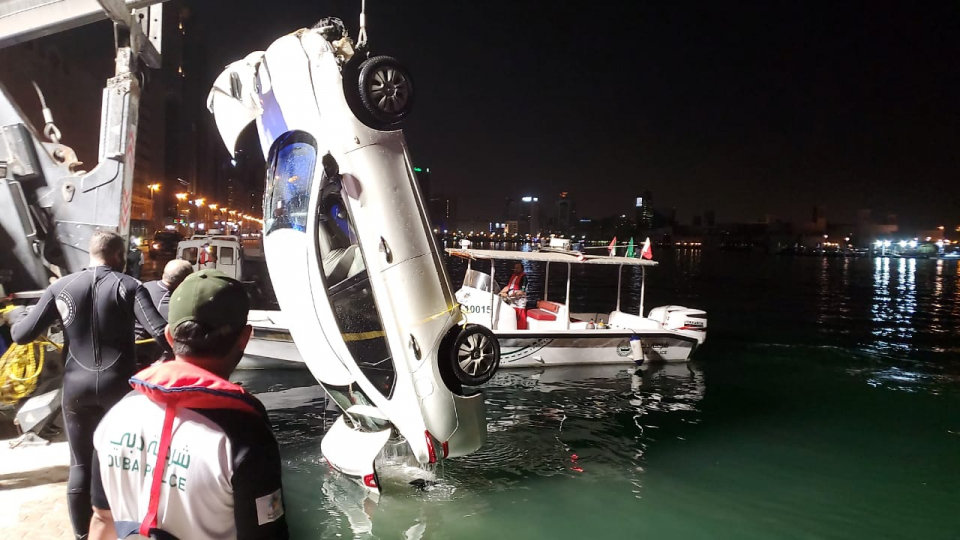 شاهد.. شرطة دبي تنتشل سيارة سقطت في مياه الخور
