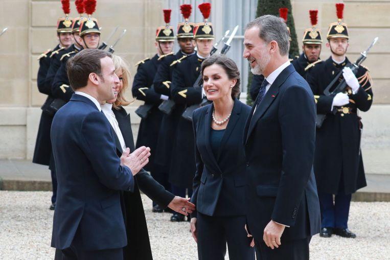 تحية هندية لملك اسبانيا من الرئيس الفرنسي إيمانويل ماكرون بسبب كورونا