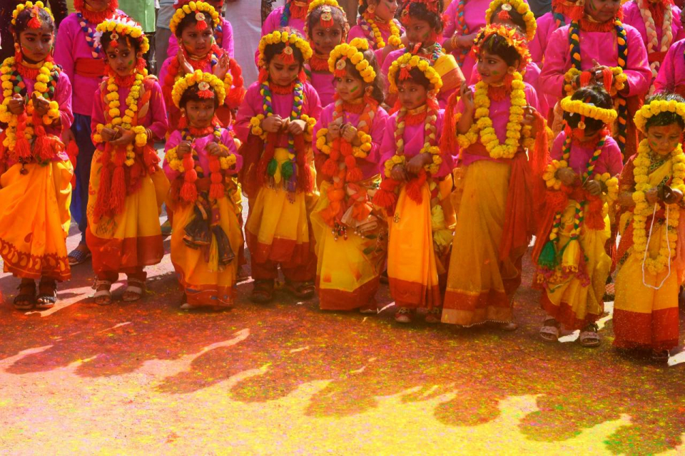 بالصور : كورونا تغزو مهرجان الألوان هولي