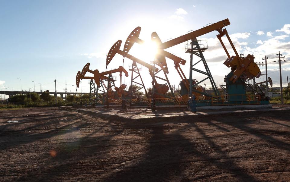 النفط يهوي 6% ويصل لأقل من 30 دولار للبرميل