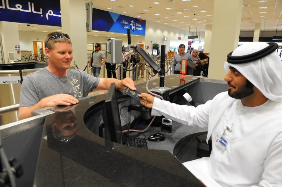 الإمارات تعلق مؤقتا إجراءات الحصول على تأشيرة الدخول عند الوصول