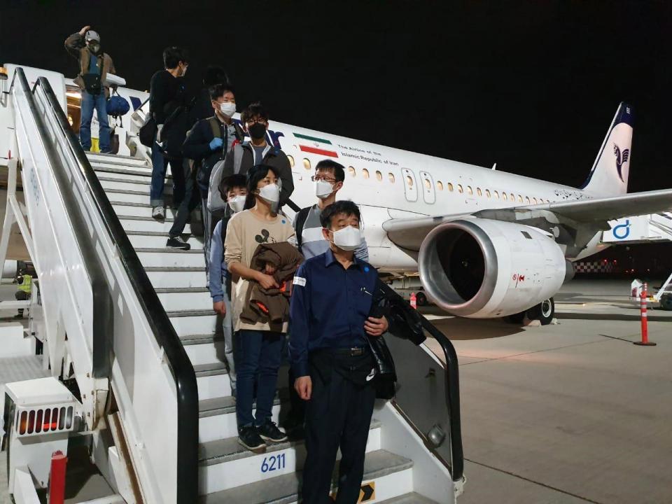 بالصور.. الإمارات تساهم في إجلاء 80 من رعايا كوريا الجنوبية من إيران