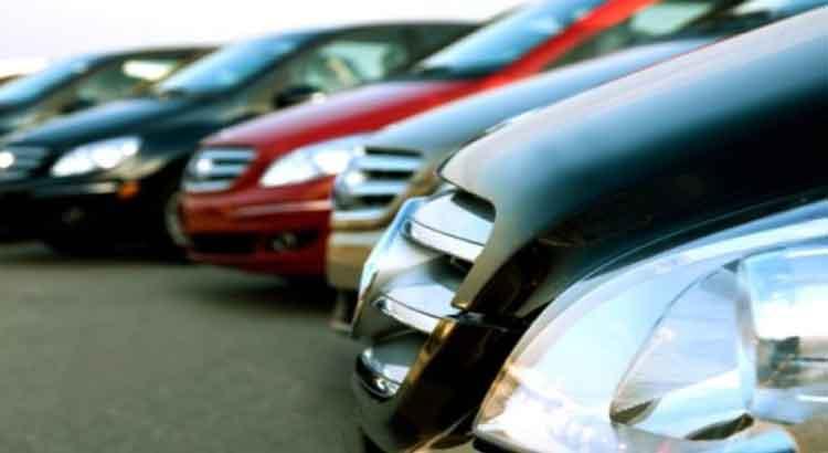 سبب غريب يدفع تاجرا لإلحاق أضرار بسيارات فارهة في دبي