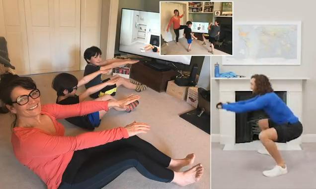 شاهد كيف يساعد مدرب شهير مليون طفل وأهاليهم على تدريبات اللياقة في المنزل