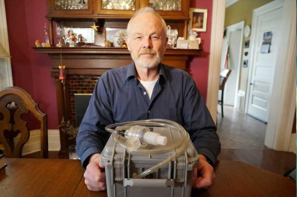طبيب يمنح اختراعه لجهاز تنفس اصطناعي للجميع لمواجهة نقص الأجهزة المطلوبة لعلاج فيروس كورونا المستجد
