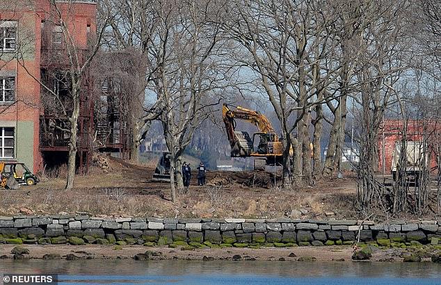 شاهد نيويورك تحفر خنادق للوفيات وترفض دفنهم في الحدائق العامة
