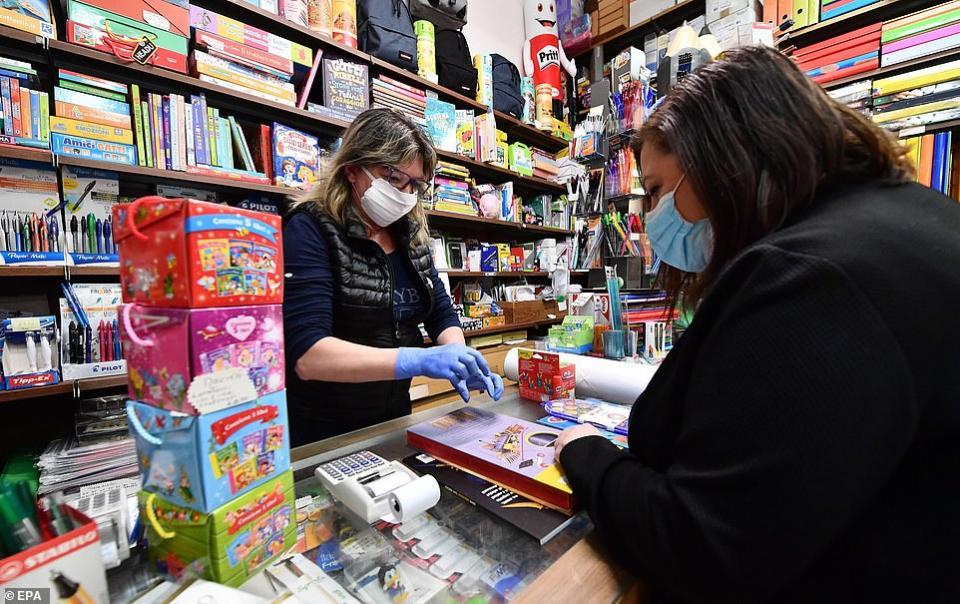 شاهد عودة المتسوقين تدريجيا للمتاجر في مدن أوروبية