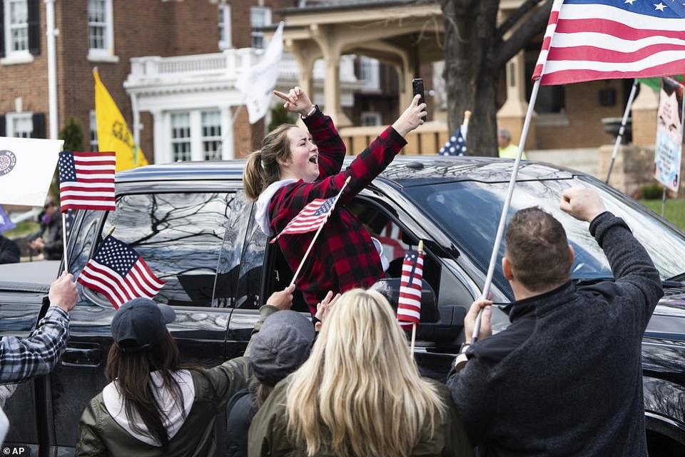 شاهد أمريكيين يحتجون ضد البقاء في المنزل في عدة ولايات أمريكية